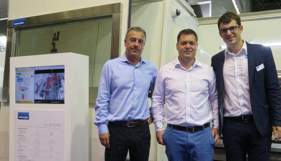 Jokin Escudero (centro), junto a Iñigo Elustondo (izda.) y Unai Peña (Gurutzpe), junto a la máquina expuesta en la BIEMH